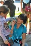 Meisje met een kat en een vrijwilliger bij de festivalkatten royalty-vrije stock foto's