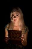Meisje met een kist Stock Foto