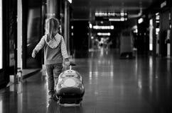Meisje met een koffer Stock Foto's