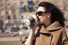 Meisje met een koffie op de straat. Royalty-vrije Stock Afbeelding