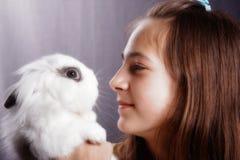 Meisje met een konijn Royalty-vrije Stock Afbeelding