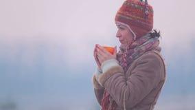 Meisje met een kop thee bij zonsopgang stock footage