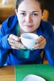 Meisje met een kop thee Het drinken van thee van een witte kop Stock Afbeelding