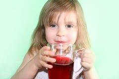 Meisje met een kop van drank Stock Fotografie