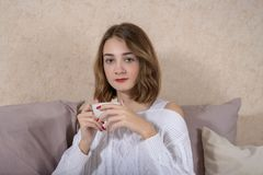 Meisje met een kop van koffie Stock Foto's