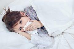 Meisje met een koude stock afbeeldingen
