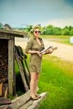 Meisje met een kroon op zijn hoofdholding een brandhout. Royalty-vrije Stock Afbeeldingen
