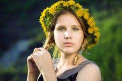 meisje met een kroon van dan stock fotografie
