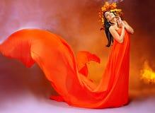 Meisje met een kroon van de herfstbladeren op het hoofd. Royalty-vrije Stock Afbeeldingen