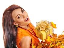 Meisje met een kroon van de herfstbladeren op het hoofd Stock Afbeeldingen