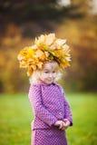 Meisje met een kroon van esdoornbladeren op hoofd Royalty-vrije Stock Fotografie