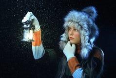 Meisje met een lamp Stock Afbeeldingen