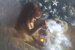 Meisje met een lantaarn Stock Afbeeldingen