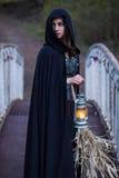 Meisje met een lantaarn op de brug stock foto