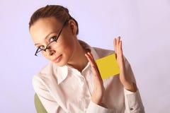 Meisje met een lege sticker tussen handen Stock Afbeelding