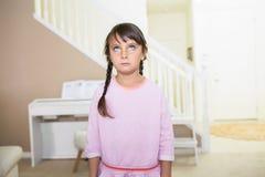 Meisje met een lege uitdrukking royalty-vrije stock afbeelding