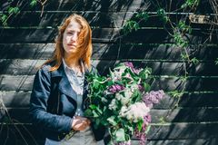 Meisje met een lilac boeket van sering in de tuin tearing meisje de sering in de tuin Royalty-vrije Stock Foto