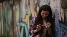 Meisje met een mobiele telefoon stock video