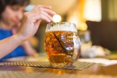 Meisje met een mok bier in een restaurant stock fotografie