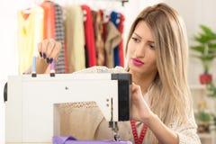 Meisje met een naaimachine Stock Fotografie