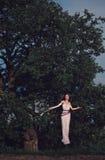 Meisje met een ongebruikelijk kapsel en zijn gebonden handen Royalty-vrije Stock Fotografie
