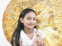 Meisje met een oosterse paraplu Stock Afbeeldingen