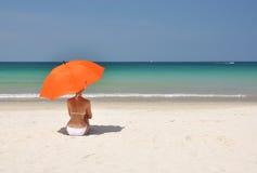 Meisje met een oranje paraplu Stock Afbeeldingen