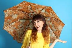 Meisje met een oranje paraplu Royalty-vrije Stock Afbeelding