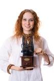 Meisje met een oude koffiemolen Stock Afbeeldingen