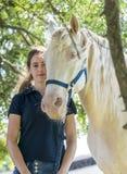 Meisje met een paard Stock Foto's