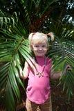 Meisje met een palmblad Royalty-vrije Stock Afbeelding