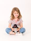 Meisje met een pluchestuk speelgoed Royalty-vrije Stock Afbeelding