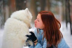 Meisje met een puppy Samoyed Stock Foto