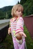 Meisje met een reusachtige slak op haar palm royalty-vrije stock foto's