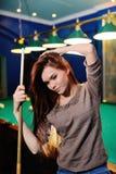 Meisje met een richtsnoer die in haar handen biljart spelen stock foto