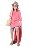 Meisje met een rode koffer die op telefoon spreken Royalty-vrije Stock Foto