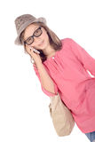 Meisje met een rode koffer die op telefoon spreken Stock Foto's