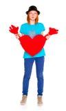 Meisje met een rood die hart, op witte achtergrond wordt geïsoleerd Stock Foto