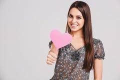 Meisje met een roze papperhart in handen Rood nam toe stock fotografie