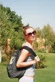 Meisje met een rugzak Stock Fotografie