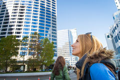 Meisje met een rugzak in de stad Royalty-vrije Stock Foto