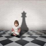 Meisje met een schaduw van de schaakkoningin Stock Fotografie