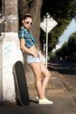 Meisje met een skateboard Royalty-vrije Stock Afbeeldingen