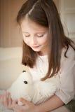 Meisje met een stuk speelgoed Stock Afbeeldingen