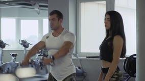 Meisje met een trainer in de gymnastiek stock video