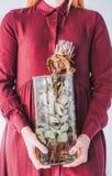 Meisje met een vaas in haar handen met een protea royalty-vrije stock fotografie