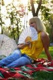 Meisje met een Ventilator Stock Fotografie