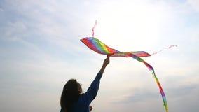 Meisje met een vlieger in haar hand stock video