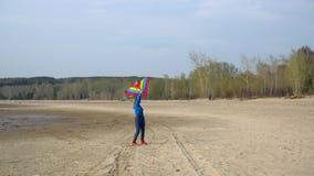 Meisje met een vlieger op de kust stock videobeelden
