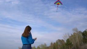 Meisje met een vlieger op de kust stock video